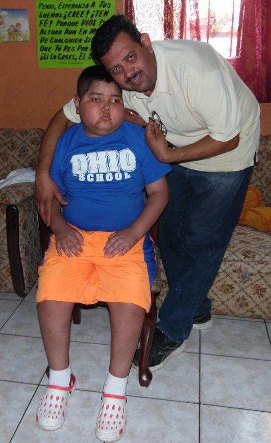 Elliott Rodolfo Castellanos junto a su hijo, quienes residen en El Tejar. (José Rosales)
