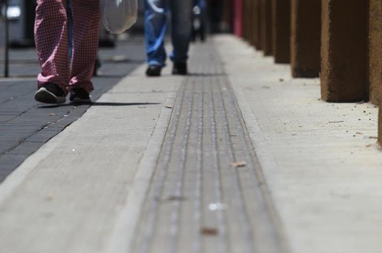 Las líneas guías horizontales indican a la persona que la ruta continúa, cuando se detectan puntos se advierte de un cruce. (Foto Prensa Libre: Esbin García)