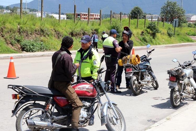 Muchos no conocen las normas de tránsito hasta que los multan aseveran autoridades.(Foto Prensa Libre: Hemeroteca PL)