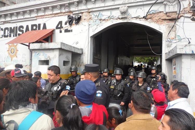 Pobladores inconformes con Cocode dialogan con autoridades de la Comisaría 42, en San Marcos. (Foto Prensa Libre: Genner Guzmán).