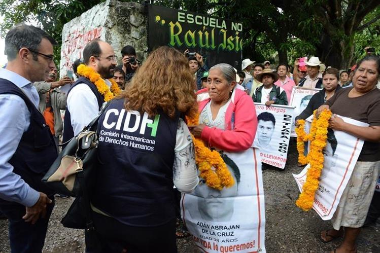 Expertos de la CIDH recogen testimonios en caso de los 43 desaparecidos en México. (Foto del sitio origenoticias.com)