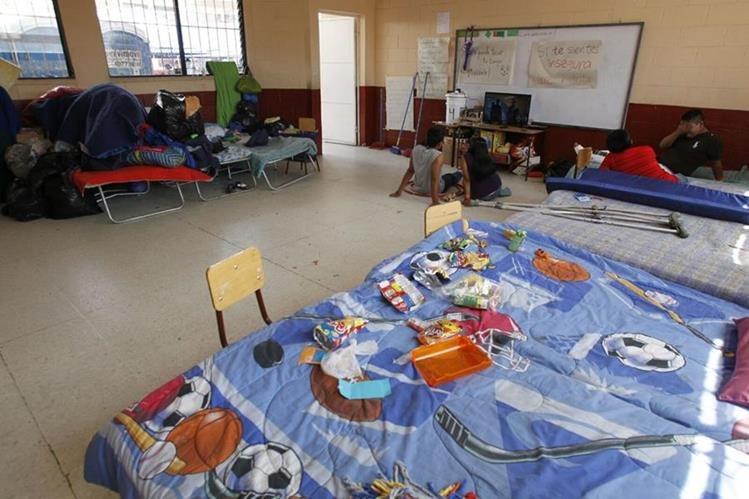 Afectados por el alud en El Cambray 2 intentan superar la tragedia mientras viven en los albergues. (Foto Prensa Libre: Paulo Raquec)