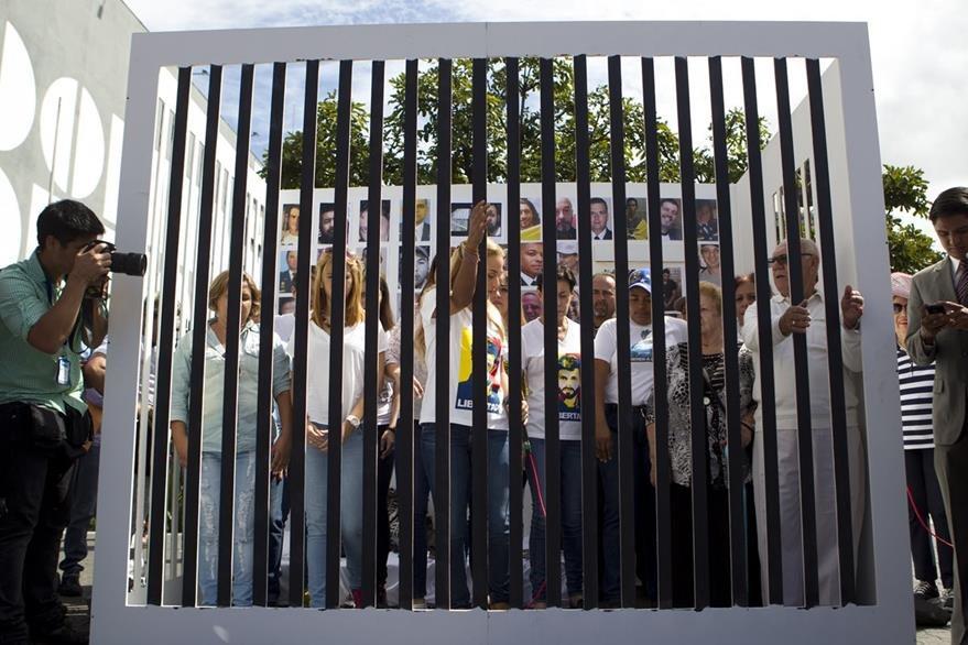 Opositores apoyan a Tintori y recrean una cárcel ficticia en Caracas, Venezuela. (Foto Prensa Libre: EFE).