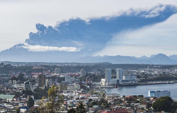Escpectacular imagen que muestra la furia del volcán y la ciudad de Puerto Montt. (Foto Prensa Libre: AP).