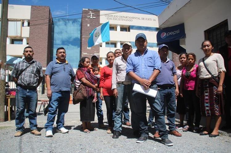 Un grupo de trabajadores municipales de San Pedro Necta, que no han recibido salario, sale del complejo de justicia en la cabecera de Huehuetenango. (Foto Prensa Libre: Mike Castillo).