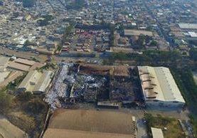 Imagen tomada con un dron revela la magnitud del incendio en la recicladora de plásticos en la zona 7. (Foto Prensa Libre: Álvaro Interiano)