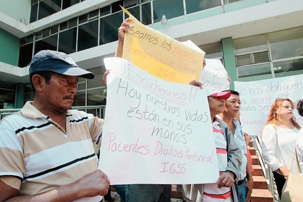 Pacientes renales protestan frente a las Oficinas del IGSS, por el mal servicio de la empresa PISA. (Foto Prensa Libre: Hemeroteca PL)
