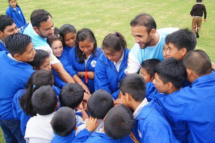 José Manuel Contreras y Carlos Humberto Ruiz comparten con los niños huérfanos de la Fundación Nuestros Pequeños Hermanos (Foto Prensa Libre: Norvin Mendoza)