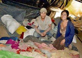 Valentín Lorenzo  Nájera y su esposa, Aura Marina Muñoz Rustrián, no han podido ir a ver a sus hijos por falta de dinero. Reciben la visita en la champa de nailon donde viven con los niños.