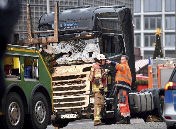 El camión que arrolló a los visitantes de un mercadillo navideño en el centro de Berlín. (EFE).
