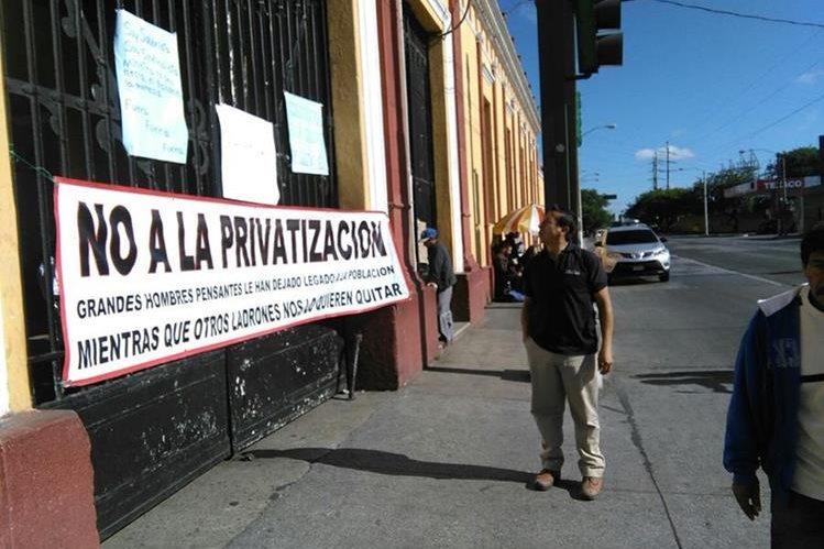 Un sindicato de trabajadores de Salud cerró el cementerio de la zona 3. (Foto Prensa Libre: Estuardo Paredes)