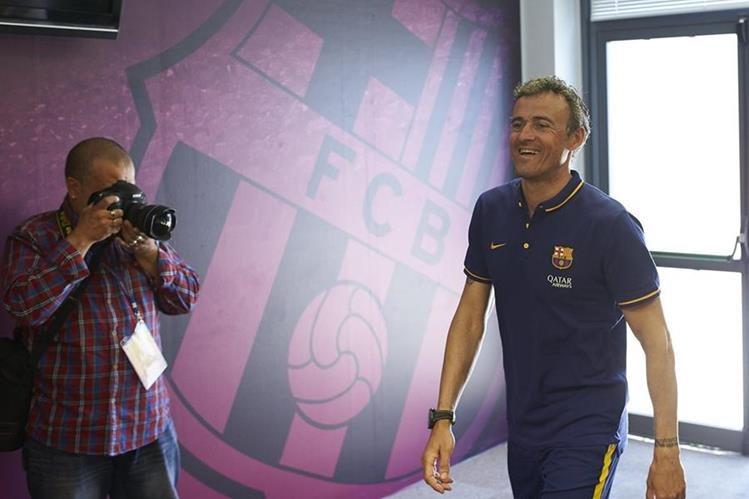 Luis Enrique fue captado al ingresar a la Conferencia de Prensa al finalizar el entrenamiento. (Foto Prensa Libre: EFE)