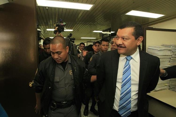 Guardias del Sistema Penitenciario ingresan con Antonio Coro a la audiencia celebrada este martes. (Foto Prensa Libre: Hemeroteca PL)