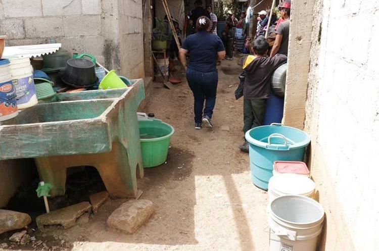 La menor murió cuando cayó en un recipiente con agua, según familiares. (Foto Prensa Libre: Víctor Chamalé)