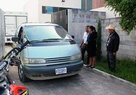 Familiares de Miguel Pérez esperan su cadáver en la morgue local. (Foto Prensa Libre: Mike Castillo)