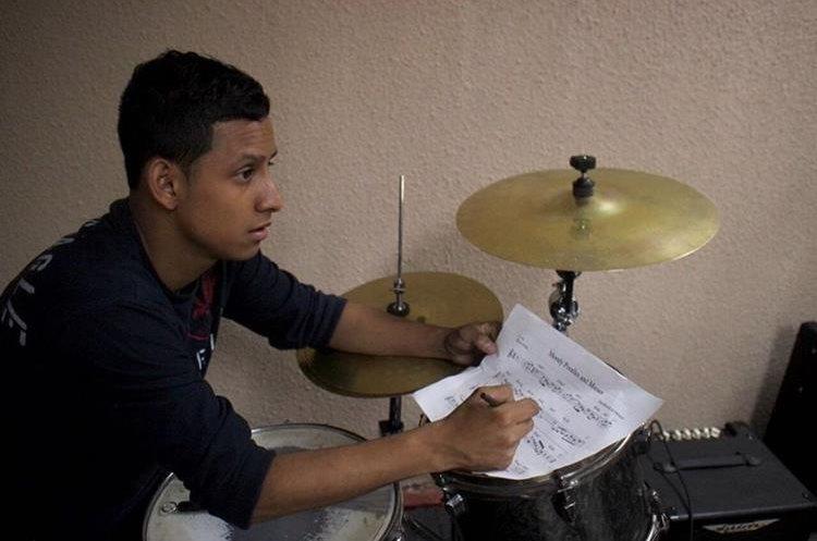 Daniel Arrivillaga, quien estará a cargo de la batería, escucha a sus maestros y corrige sus partituras. (Foto Prensa Libre: José Dávila)