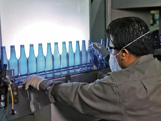 Producción de envases de vidrio en color azul con la nueva tecnología.