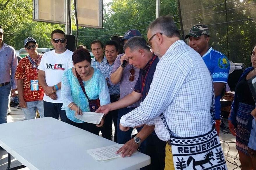 Firma de convenio con Asociación Primavera para creación de fiscalía municipal (Foto Prensa Libre: Cortesía Thelma Aldana)