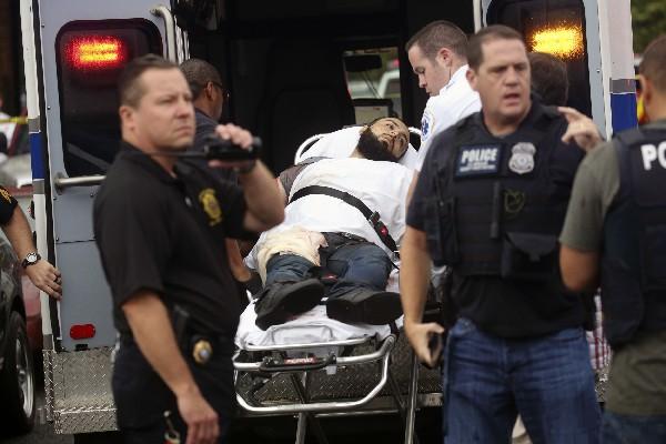 Ahmad Khan Rahami es trasladado heridao a un hospital después deuna balacera en Linden. (AFP).