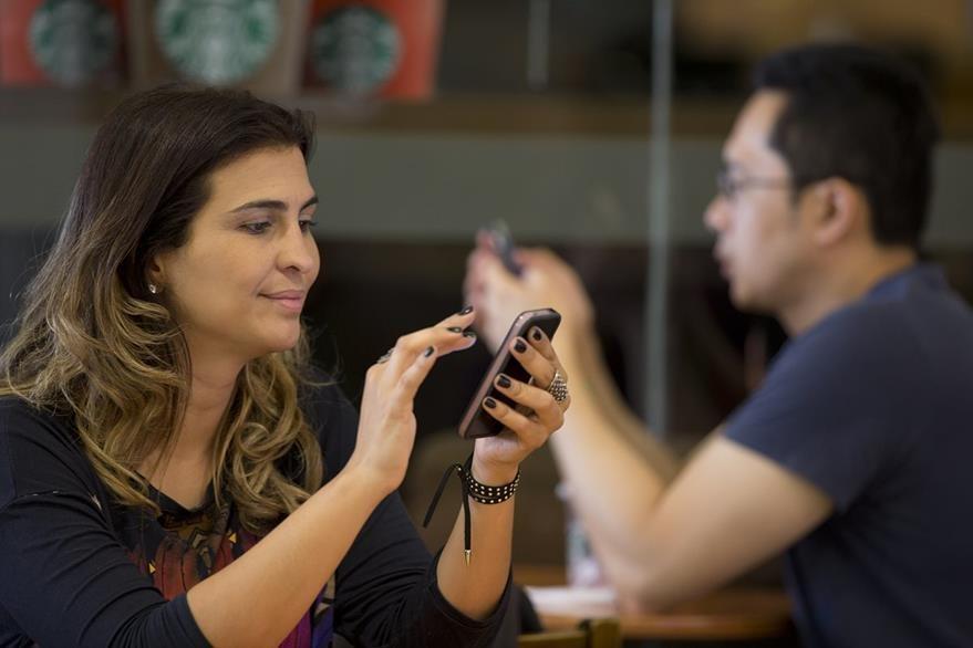Millones de brasileños utilizan el servicio de mensajería y telefonía Whastsapp a diario. (Foto Prensa Libre: AP).