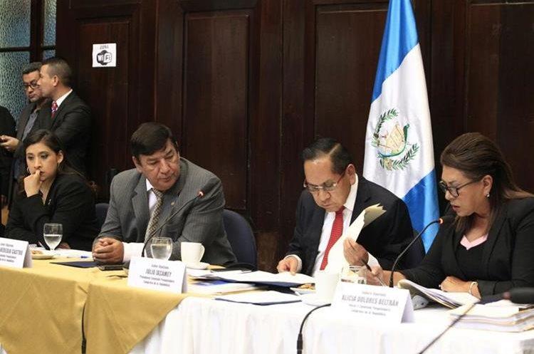 Diputados que integran la Comisión Pesquisidora que debe evaluar la solicitud para retirarle la inmunidad al presidente Jimmy Morales. (Foto Prensa Libre: Carlos Hernández)