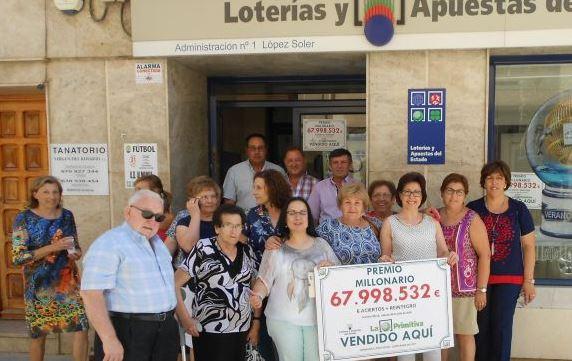 Empleados del local donde fue vendido el número ganador. (Foto: cadenaser.com).