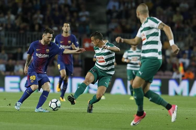 Daniel García intenta cubrir a Messi en una acción del juego.