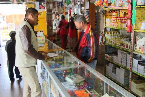 <p>Inspector de la Diaco verifica precios de útiles en librería, en la cabecera de Totonicapán. (Foto Prensa Libre: Édgar Domínguez) <br></p>