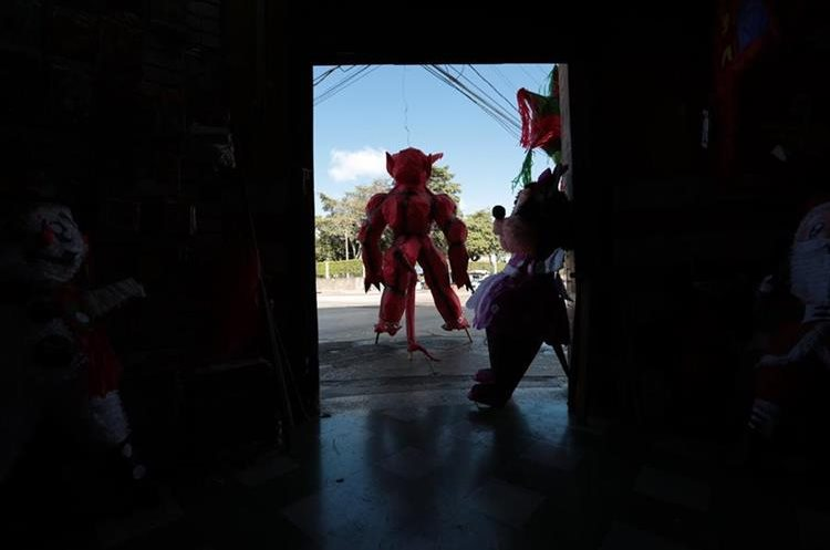 A las 6 de la tarde  del 7 de diciembre se queman las piñatas siguiendo la tradición