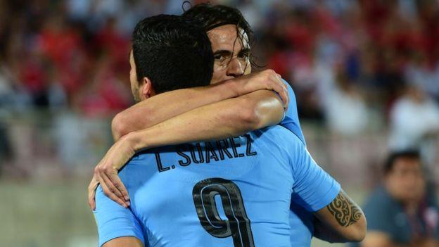 Una imagen a la que se abraza toda Uruguay. Luis Suárez y Edinson Cavani guían a la Celeste hacia el Mundial. (Foto Prensa Libre: Getty Images)