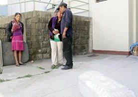 La madre de uno de los bebés fallecidos   y los padres del otro permanecen frente a la morgue de Jalapa.  (Foto Prensa Libre: Hugo Oliva)