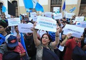 En las últimas semanas cientos de guatemaltecos han exigido la renuncia del mandatario Jimmy Morales y de 107 diputados. (Foto Prensa Libre: Estuardo Paredes)