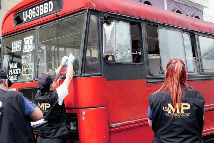 Peritos del Ministerio Público trabajan en la escena donde se produjo el ataque (Foto Prensa Libre: Erick Ávila)