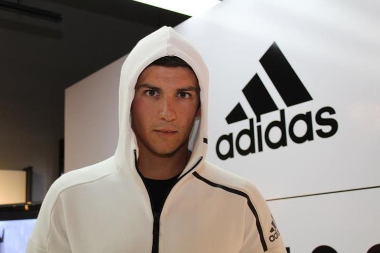 Charles Fernández posa para las cámaras luego de anunciar el patrocinio de la marca deportiva Adidas. (Foto Prensa Libre: Cortesía Adidas)