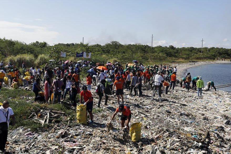 Ambientalistas filipinos tratan de recoger basura en la Isla de la Libertad, Filipinas. (Foto Prensa Libre: EFE).