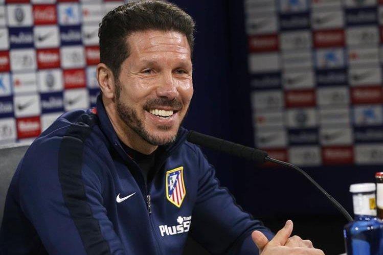 El argentino Diego Simeone, técnico del Atlético de Madrid, durante la conferencia de prensa de hoy en la capital española. (Foto Prensa Libre: EFE)