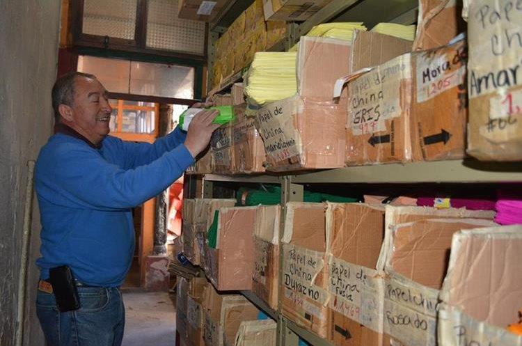 Las cajas de cartón son utilizadas como dispensadores para clasificar las hojas y el papel que venden. (Foto Prensa Libre: María Longo)