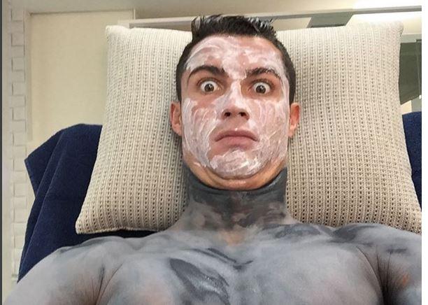 Cristiano Ronaldo, sorprendió a sus seguidores al publicar fotografías con sus tratamientos de belleza. (Foto Prensa Libre: Instagram Cristiano)
