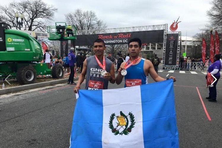 Arévalo alzó con orgullo la bandera de Guatemala en Washington. (Foto Prensa Libre: Connié Reynoso)