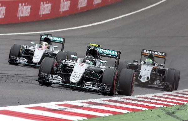 Los pilotos de Mercedes volvieron a pelear por ganar. La última fue en el GP de Austria. (Foto Prensa Libre: EFE)