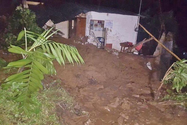 Deslave causa daños severos en vivienda de la familia Rivera, en Colomba.