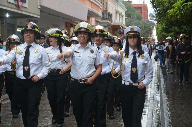 Mayra Lorena García, desde hace 16 años es bombera y es la primera mujer en ocupar un alto rango en la compañía. (Foto Prensa Libre: Mayra García)