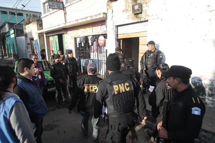 Agentes de la PNC participan en el operativo en conjunto con el MP. (Foto Prensa Libre: Erick Ávila)