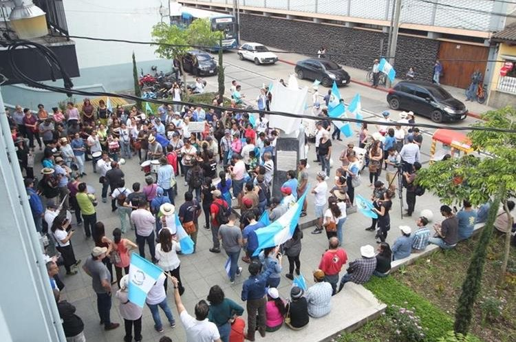 Más de cien manifestantes están afuera de la Corte de Constitucionalidad.