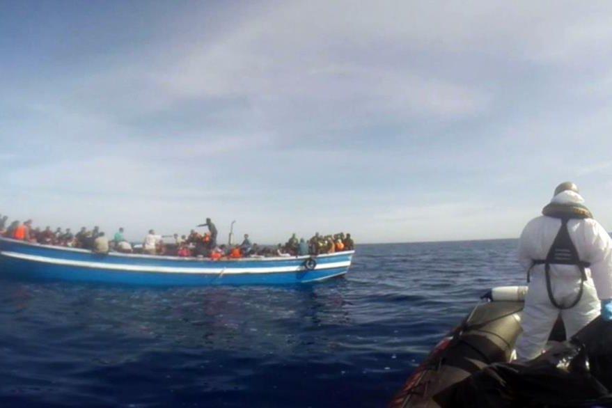 Migrantes que viajan a bordo de un bote de aire son asistidos por socorristas. En este transporte es donde se registra el mayor número de muertes. (Foto Prensa Libre: AFP).