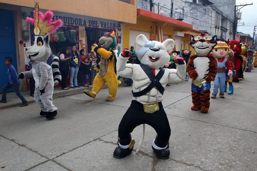 Convite en honor de la Virgen recorre una de las calles de San Pedro Carchá. (Foto Prensa Libre: Eduardo Sam).