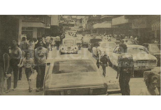 Esta fotografía de la portada de Prensa Libre del 31 de julio de 1983 muestra cómo miles de personas se dirigieron a los comercios a comprar, antes de que el IVA entrara en vigencia el 1 de agosto. (Foto: Hemeroteca PL)