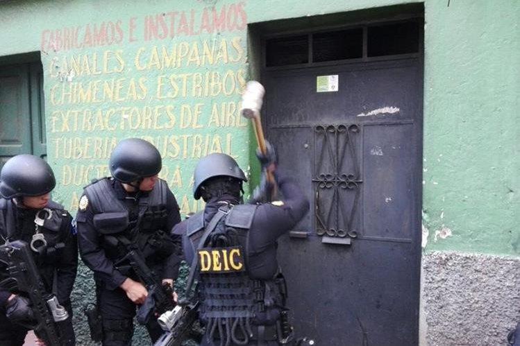 Agentes de la PNC allanan vivienda en la capital, en busca de presuntos estafadores. (Foto Prensa Libre: PNC)