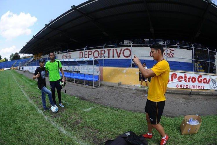 Kevin Santamaría fotografía al guardameta JJ Paredes. (Foto Prensa Libre: Edwin Fajardo)