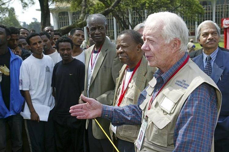 El expresidente de EE. UU. Jimmy Carter (der.) en una imagen del 2005. (Foto Prensa Libre: AP).